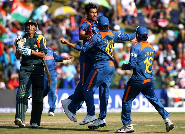 RP Singh of India celebrates with teammates after taking the wicket of Younis Khan of Pakistan during the  ICC Champions Trophy group A match between India and Pakistan at Centurion on September 26, 2009 in Centurion, South Africa.  (Photo by Tom Shaw/Getty Images) *** Local Caption *** RP Singh;Younis Khan