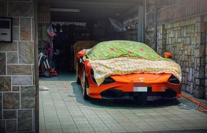 <p>A social media user shared a photo of her neighbor drying off laundry on a NT$16 million car. (Photo courtesy of 《爆怨2公社》)</p>