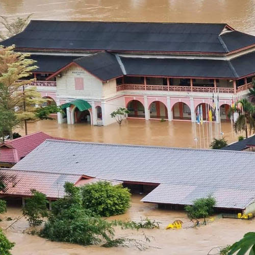 Siti is shocked over the flood submerging her old school
