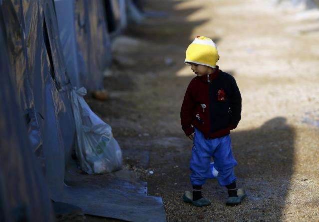 A Kurdish refugee child from the Syrian town of Kobani walks in a camp in the southeastern town of Suruc, Sanliurfa province October 22, 2014. REUTERS/Kai Pfaffenbach (TURKEY - Tags: MILITARY CONFLICT POLITICS)