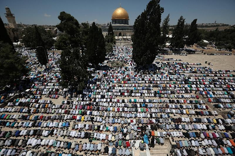 Palestinian Muslim worshipers pray outside the Dome of the Rock at the Al-Aqsa Mosque compound in Jerusalem during the first Friday prayer of the holy month of Ramadan, on June 19, 2015 (AFP Photo/Ahmad Gharabli)