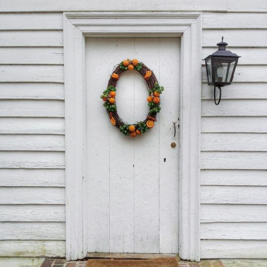 <p>You don't see a lot of oval wreaths, but this one shows how elegant they can be. <i>(Photo: Christian Carollo/Say Hello to America)</i></p>