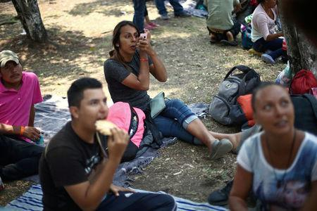 Central American migrants, moving in a caravan through Mexico toward the U.S. border, rest and eat at a shelter set up for them by the Catholic church, in Puebla, Mexico April 6, 2018. REUTERS/Edgard Garrido