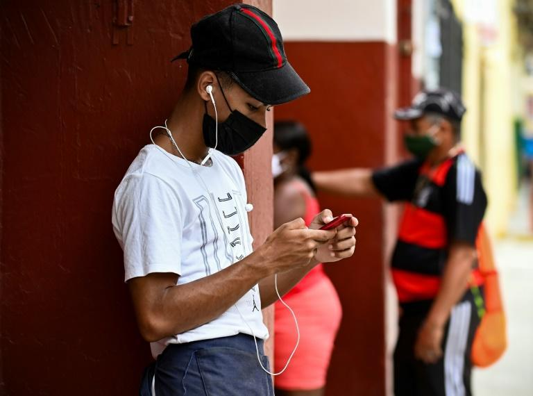 After internet access was reestablished in Cuba after a three-day blockage, social media websites remained offline for another 24 hours