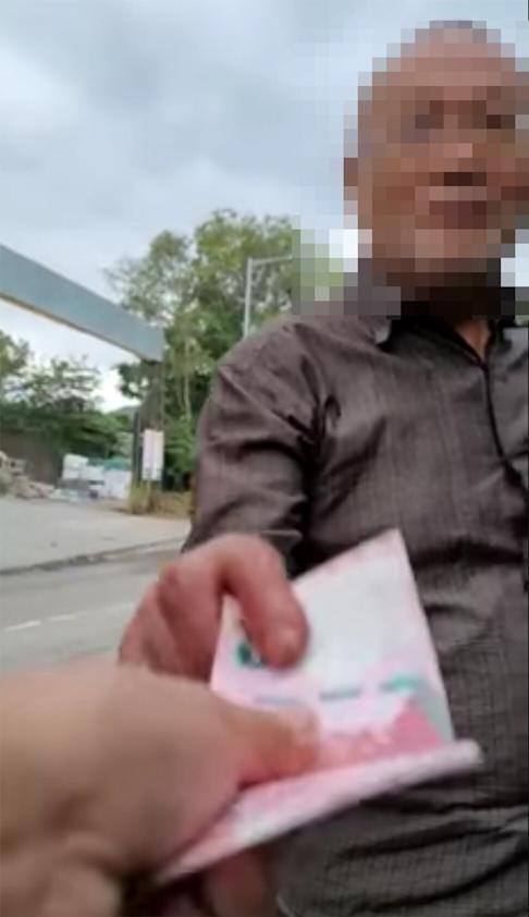 The female motorist offered the man HK$100 to stop what he was doing. Photo: Facebook