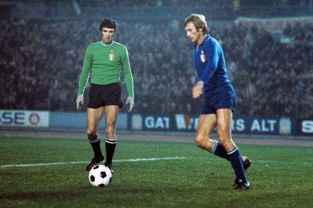 (GERMANY OUT) football, European Champion Clubs Cup, Champions League, 1975/1976, last sixteen, first leg, Rhine Stadium Duesseldorf, Borussia Moenchengladbach versus Juventus Turin 2:0, keeper Dino Zoff (Juve) left and Francesco Morini (Juve) frustrated at the 1:0 by Jupp Heynckes (MG)  (Photo by Werner OTTO/ullstein bild via Getty Images) (Photo: ullstein bild via Getty Images)