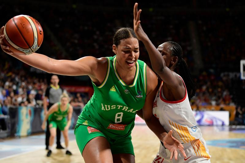 Australia's center Liz Cambage (L) vies with Spain's forward Astou Ndour during the FIBA 2018 Women's Basketball World Cup semifinal match between Spain and Australia at the Santiago Martin arena in San Cristobal de la Laguna on the Canary island of Tenerife on September 29, 2018. (Photo by JAVIER SORIANO / AFP) (Photo credit should read JAVIER SORIANO/AFP via Getty Images)