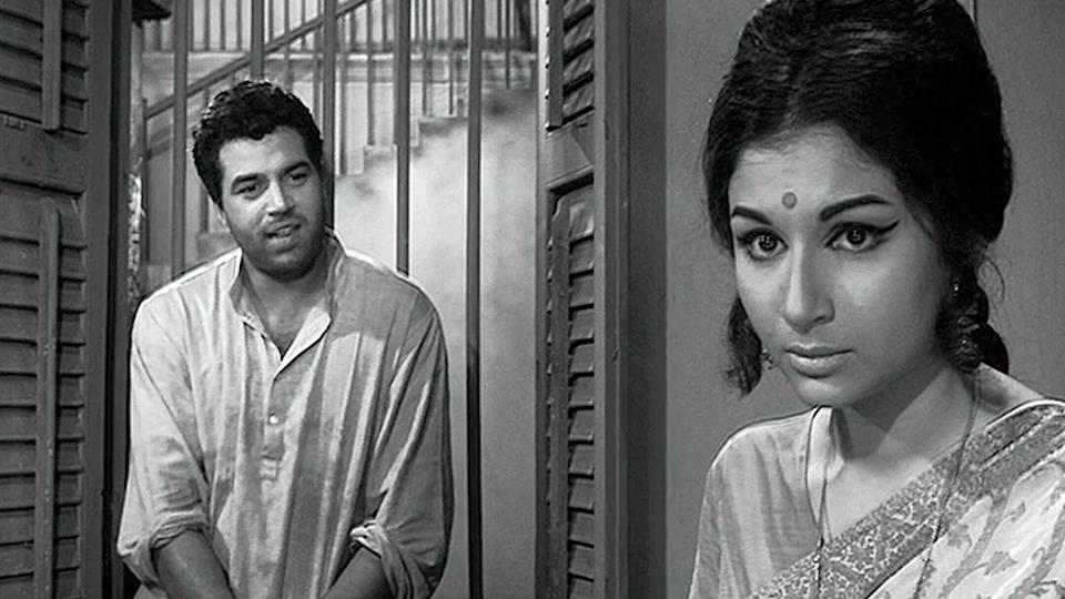 "After Shakti Samanta, it was master director Hrishikesh Mukherjee who had tapped on the phenomenal actress's talent, like none other. As the reticent Uma, against a sensitive poet Dharmendra, Mukherjee's heroine delivered an evocative performance through the quiet dialogues offered to her. This silent, subdued Sharmila is very different from the playful ""Champa Chameli' of <em>Kashmir ki Kali</em>, but endears herself with the audience alike."