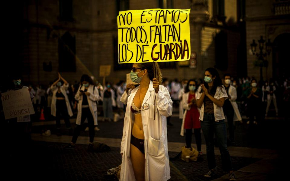 Young resident doctors in Spain protest in underwear over precarious conditions during their postgraduate training specializing in the health care system due to low wages, high number of working hours and lack of monitoring - Matthias Oesterle / Alamy Live News/https://www.alamy.com