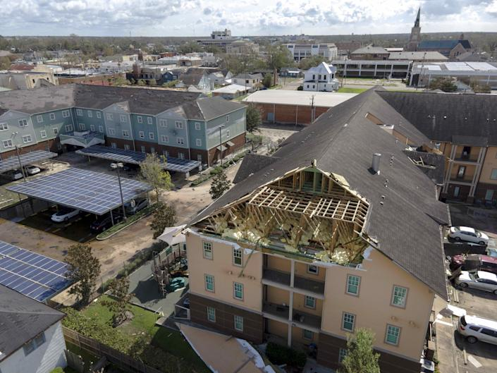 The roof of an apartment building is seen torn off by Hurricane Ida in Houma, Louisiana, the United States, Aug 30, 2021. With stranded people waiting for rescue on damaged roofs, flooded roads blocked by downed trees and power lines, and over one million people without power through Monday morning, Hurricane Ida has wreaked widespread havoc since its landfall in southern U.S. state of Louisiana on Sunday. (Chine Nouvelle/SIPA/Shutterstock)