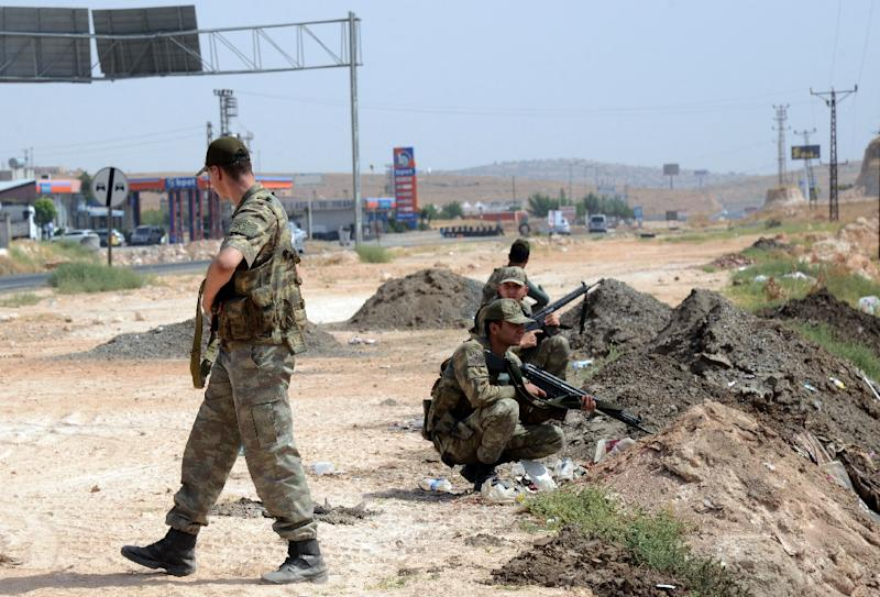 Turkish security forces guard the road leading to Cizre, on September 9, 2015 (AFP Photo/Ilyas Akengin)