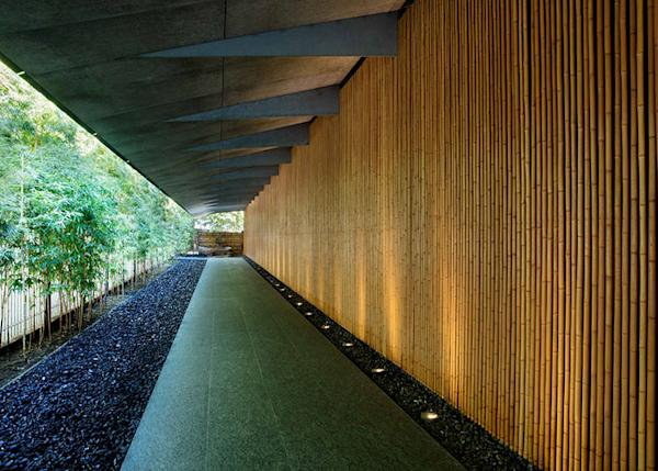 When you look back at the main gate of the entrance of art museum, you can view the remarkable bamboo passages.