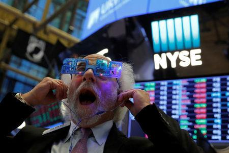 Trader Peter Tuchman reacts as the final day of trading for the year draws to a close at the New York Stock Exchange (NYSE) in Manhattan, New York, U.S., December 29, 2017. REUTERS/Andrew Kelly