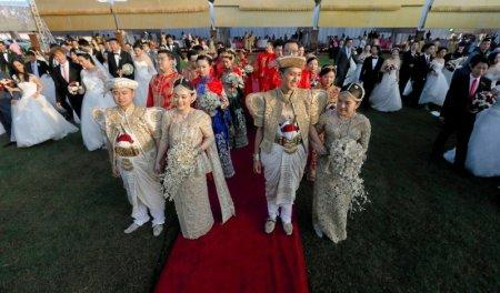Couples attend a mass wedding ceremony for fifty Chinese pairs in Colombo, Sri Lanka, December 17, 2017. REUTERS/Dinuka Liyanawatte