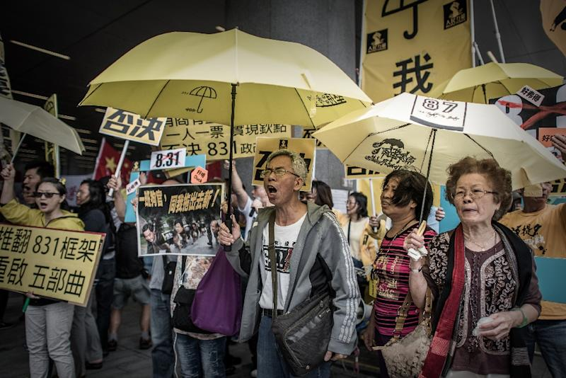 Pro-democracy demonstrators protest outside the government building in Hong Kong, on April 22, 2015 (AFP Photo/Philippe Lopez)