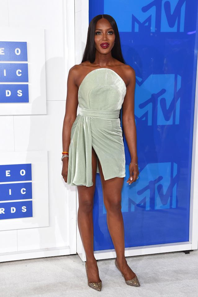 <p>The supermodel donned a *very* short dress for the 2016 MTV Music Awards - luckily she remembered to wear pants.<i>[Photo: Getty]</i></p>