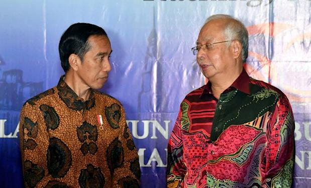 Prime Minister Datuk Seri Najib Razak (right) meeting Indonesian President Joko Widodo at the 12th Malaysia-Indonesia Annual Consultative Council, in Kuching, November 22, 2017. — Bernama pic