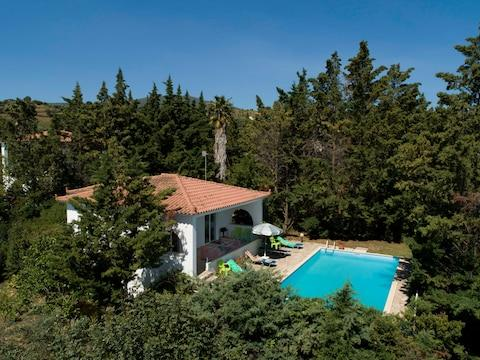 Villa Efterpi and its large private pool - Credit: sunvil.co.uk