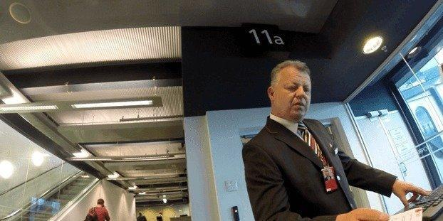 <p>Moments later, another gentleman came and pointed me toward a separate plane entrance. Another gentleman took a quick look at my boarding pass and waved me through. <i>(Photo: Sam Huang)</i><br></p>