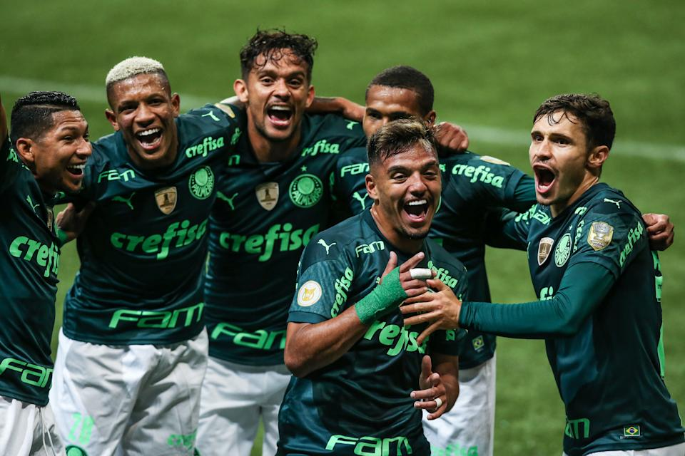 SAO PAULO, BRAZIL - JULY 07:  Gabriel Menino #25 of Palmeiras celebrates with teammates after scoring the second goal of their team during a match between Palmeiras and Gremio as part of Brasileirao 2021 at Allianz Parque on July 07, 2021 in Sao Paulo, Brazil. (Photo by Alexandre Schneider/Getty Images)