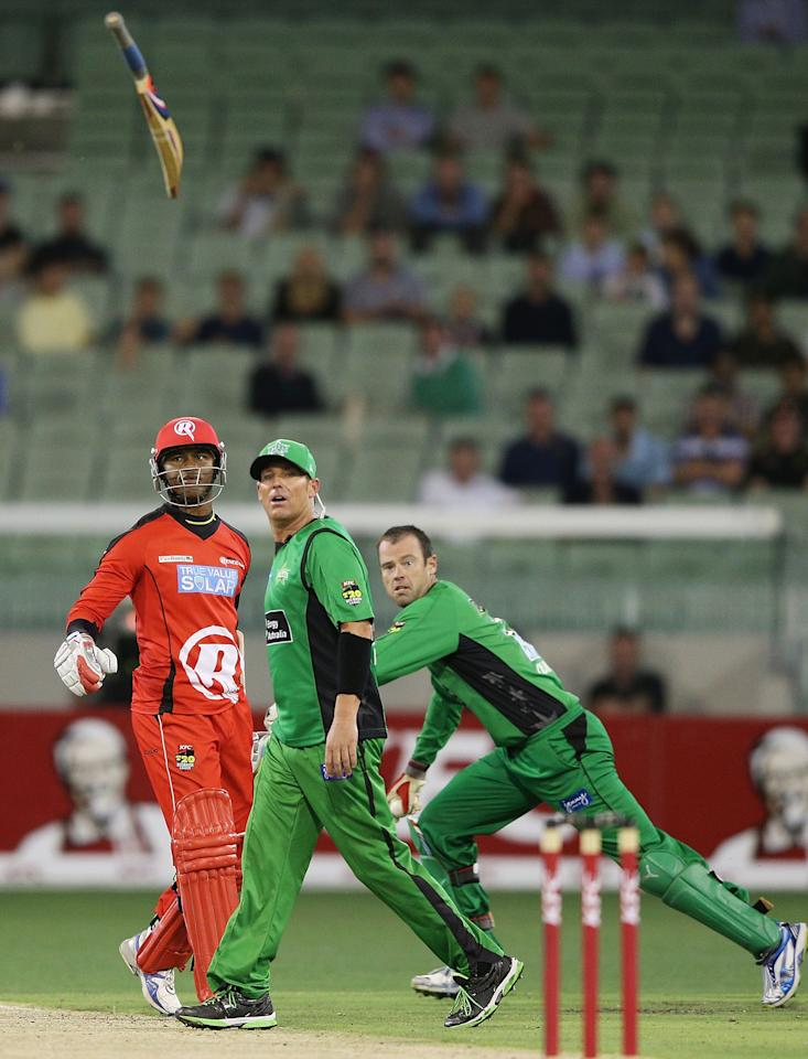 MELBOURNE, AUSTRALIA - JANUARY 06:  Marlon Samuels (L) of the Melbourne Renegades throws his bat in front of Shane Warne of the Melbourne Stars in a heated exchange with during the Big Bash League match between the Melbourne Stars and the Melbourne Renegades at Melbourne Cricket Ground on January 6, 2013 in Melbourne, Australia.  (Photo by Michael Dodge/Getty Images)