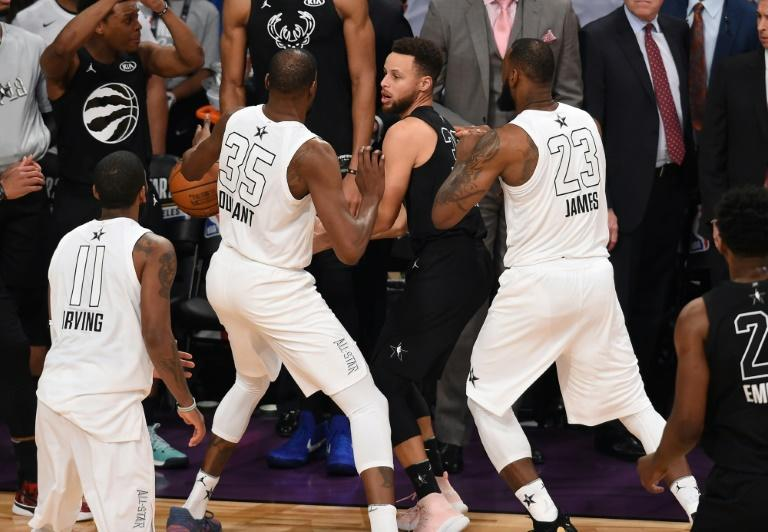 Kevin Durant (L) and LeBron James (R) double team Stephen Curry (C) in the final minute of the 2018 NBA All-Star Game
