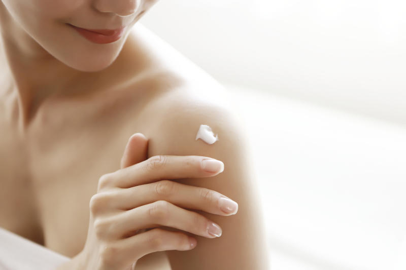 We spoke to seven dermatologists about the best body lotions for dry skin — here's what they said. (Photo: Getty Images)