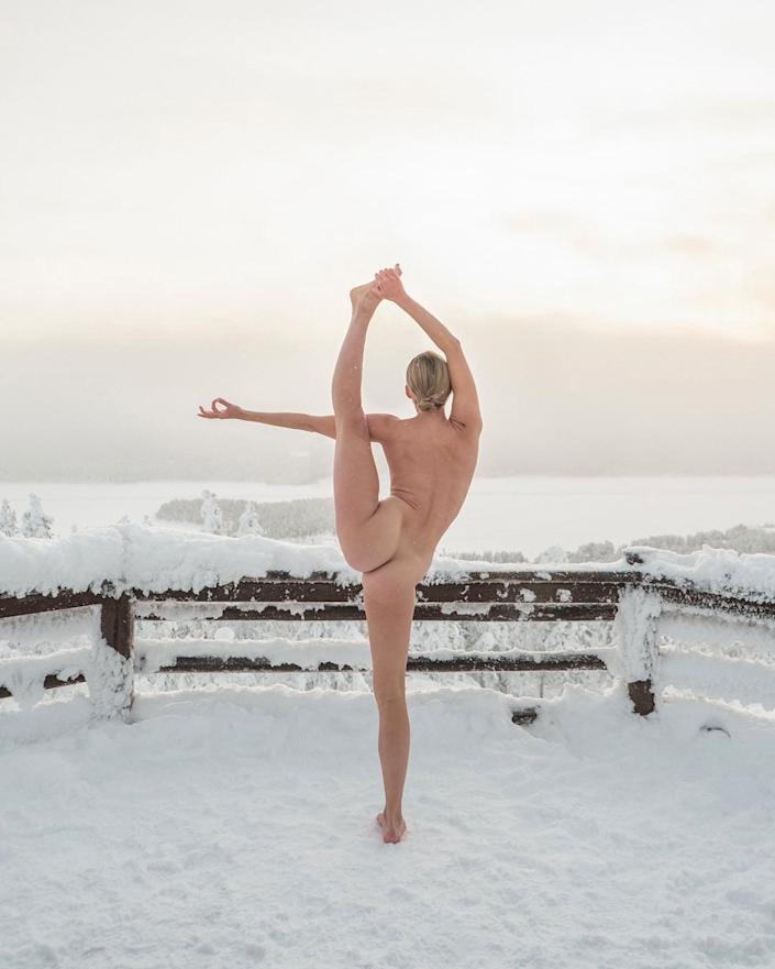 Nude Yoga Girl Gets Flexible In Nyc Naked Pic Goes Viral