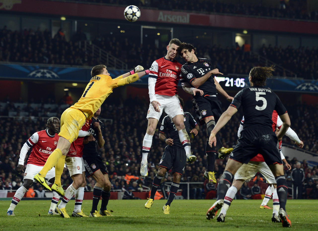 Arsenal's goalkeeper Wojciech Szczesny (L) and Laurent Koscielny (C) challenge Bayern Munich's Javi Martinez during their Champions League soccer match at the Emirates Stadium in London February 19, 2013.     REUTERS/Dylan Martinez  (BRITAIN - Tags: SPORT SOCCER TPX IMAGES OF THE DAY) - RTR3E06O