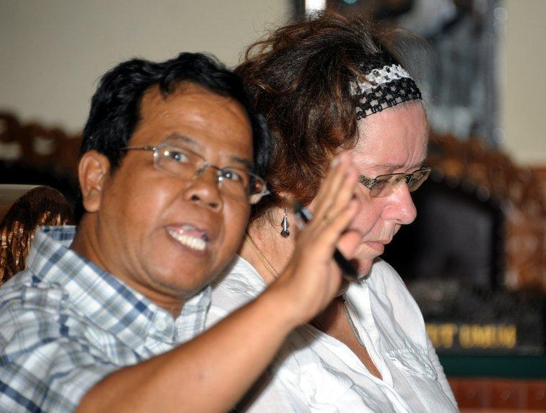 Lindsay June Sandiford (R) with her interpreter during her trial at a court in Denpasar, Bali on December 20, 2012
