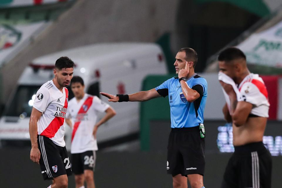 SAO PAULO, BRAZIL - JANUARY 12: Esteban Ostojich referee of the match listens to the VAR assistants during a semifinal second leg match between Palmeiras and River Plate as part of Copa CONMEBOL Libertadores 2020 at Allianz Parque on January 12, 2021 in Sao Paulo, Brazil. (Photo by Amanda Perobelli - Pool/Getty Images)