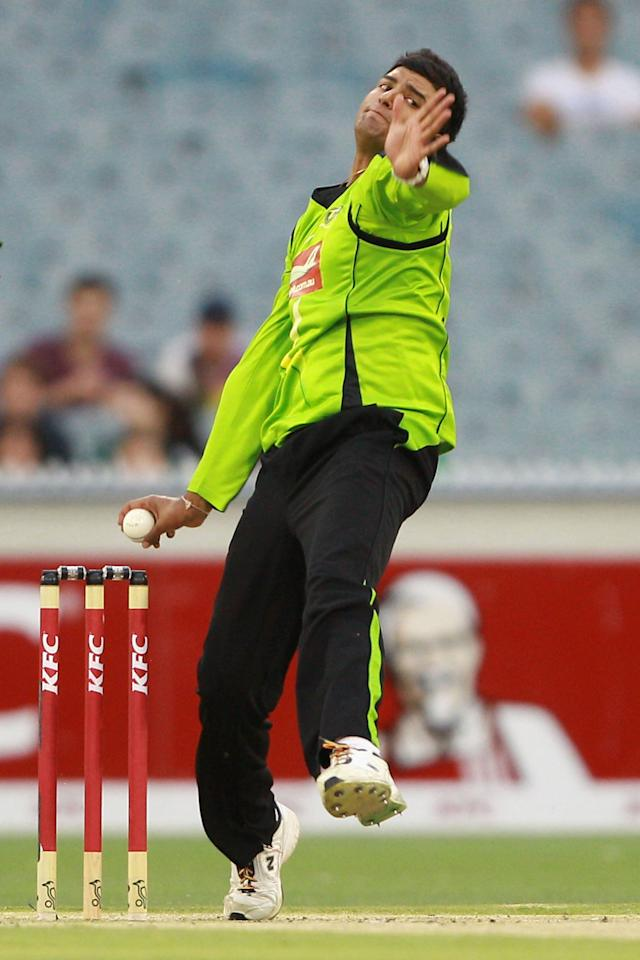 MELBOURNE, AUSTRALIA - JANUARY 08:  Gurinder Sandhu of the Thunder bowls during the Big Bash League match between the Melbourne Stars and the Sydney Thunder at Melbourne Cricket Ground on January 8, 2013 in Melbourne, Australia.  (Photo by Robert Prezioso/Getty Images)