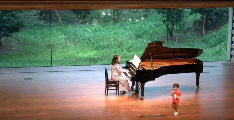 <p>A pianist's performance saw a surprise guest as her two-year-old son wandered onto the stage. (Photo courtesy of<br /> @hirai_mie/Twitter)</p>