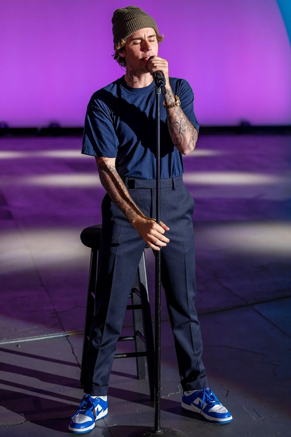 "<p>Justin Bieber performs his hit ""10,000 Hours"" with Dan + Shay for the first time together at the Hollywood Bowl in L.A. during the 54th Annual CMA Awards on Wednesday.</p>"