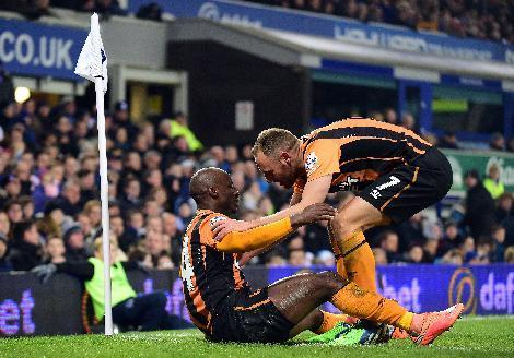 Hull City's Sone Aluko (L) celebrates scoring with David Meyler during their English Premier League match against Everton at Goodison Park on December 3, 2014 (AFP Photo/Paul Ellis)