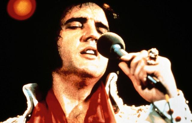 "<p>Elvis Presley's funeral was off limits to the public, although Presley's cousin sold a photo of the legendary musician in his casket to the <i>National Enquirer</i> for $35,000, <a href=""http://articles.latimes.com/1987-08-16/entertainment/ca-1505_1_elvis-presley/5"" rel=""nofollow noopener"" target=""_blank"" data-ylk=""slk:according to the LA Times"" class=""link rapid-noclick-resp"">according to the <i>LA Times</i></a>. His sudden death left promoters in heat since he was expected to begin a 12-city tour with tickets already sold amassing over $600,000. 3,166 floral arrangements <a href=""http://articles.latimes.com/1997/aug/03/entertainment/ca-18849"" rel=""nofollow noopener"" target=""_blank"" data-ylk=""slk:were delivered to Graceland"" class=""link rapid-noclick-resp"">were delivered to Graceland</a>during the two days following news of his death, 49 cars were used in his funeral procession, and the overall cost of the funeral was $23,789.73. (Yahoo Finanzen) </p>"