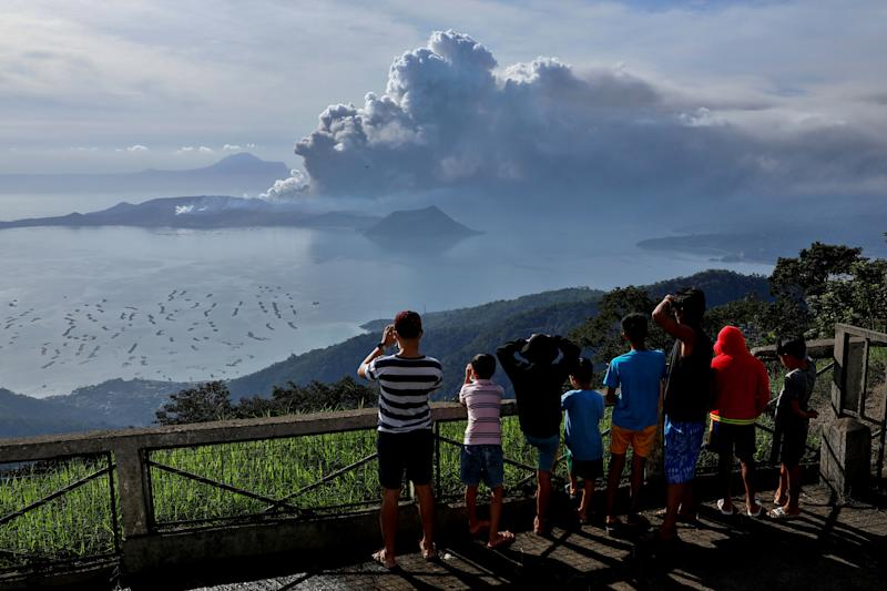 Residents look at the errupting Taal Volcano in Tagaytay City, Philippines, January 13, 2020. REUTERS/Eloisa Lopez TPX IMAGES OF THE DAY