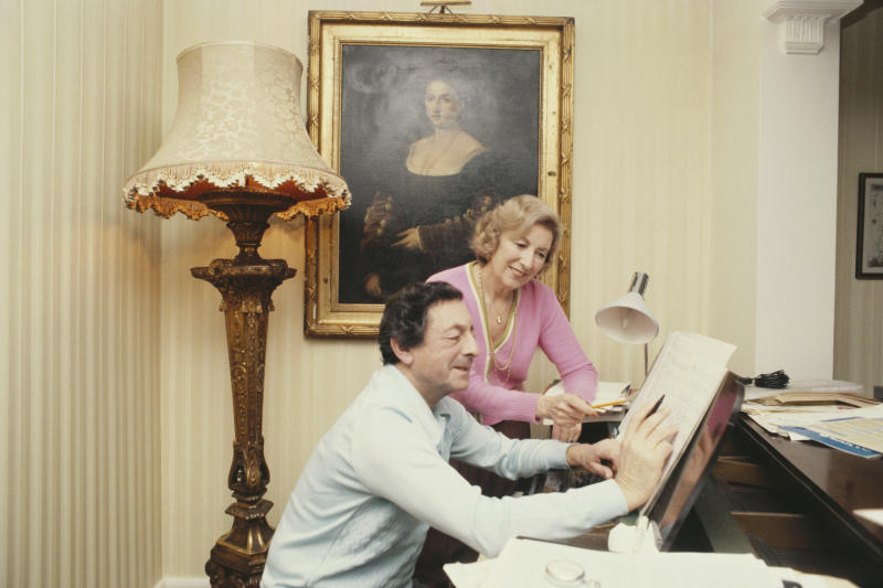 English singer Vera Lynn at the piano with her husband, musician Harry Lewis (1915 - 1998), circa 1975. (Photo by Keystone/Hulton Archive/Getty Images)
