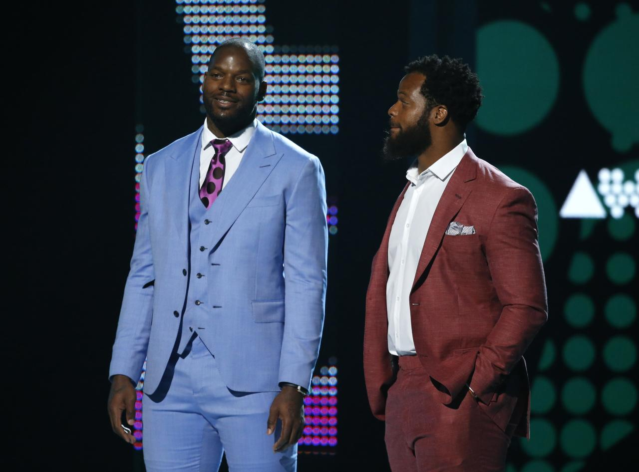 2017 BET Awards  – Show – Los Angeles, California, U.S., 25/06/2017 - Brothers and NFL football players Michael (R) and Martellus Bennet are honored with the Shine A light Award. REUTERS/Mario Anzuoni