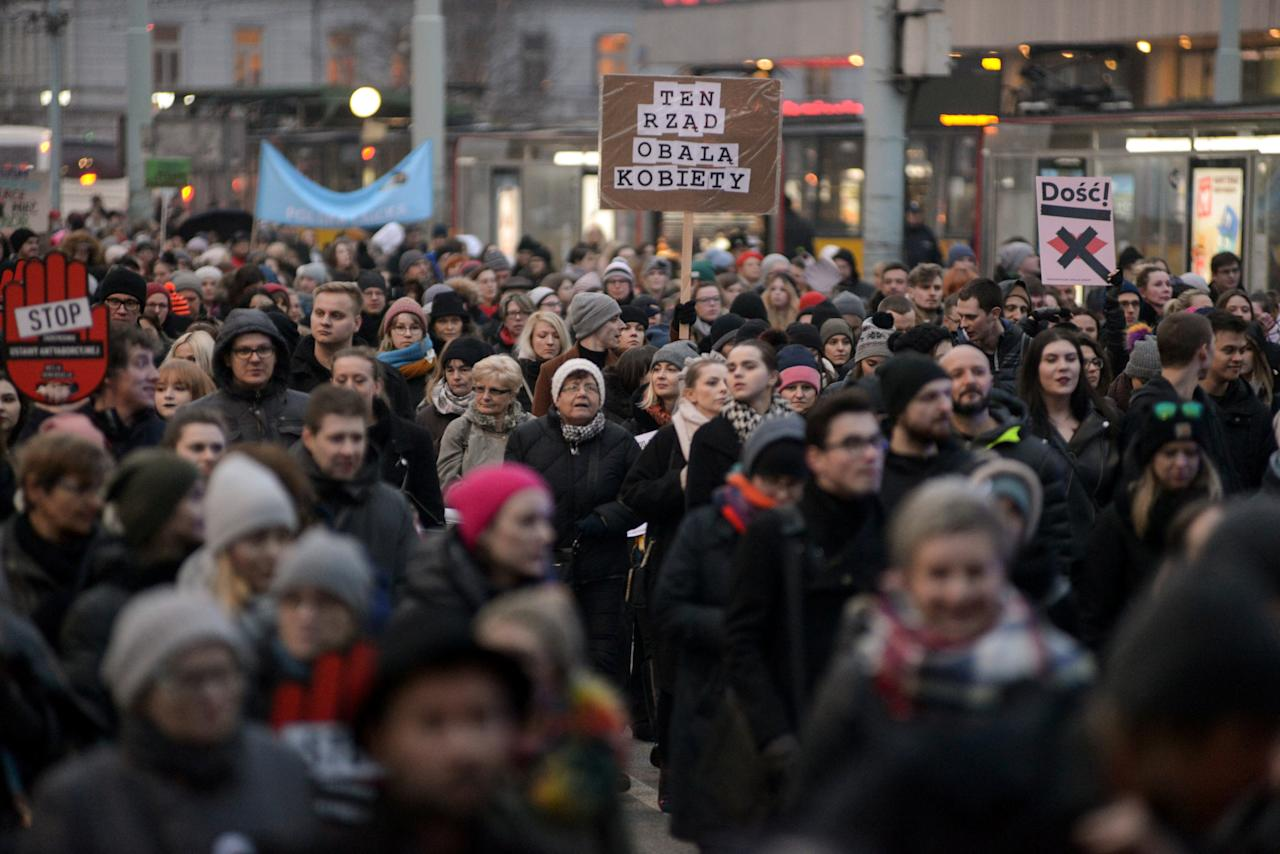 People gather to protest against plans to further restrict abortion laws in Warsaw, Poland March 23, 2018. Agencja Gazeta/Maciek Jazwiecki via REUTERS   ATTENTION EDITORS - THIS IMAGE WAS PROVIDED BY A THIRD PARTY. POLAND OUT. NO COMMERCIAL OR EDITORIAL SALES IN POLAND. *** Local Caption *** hniki Warszawa