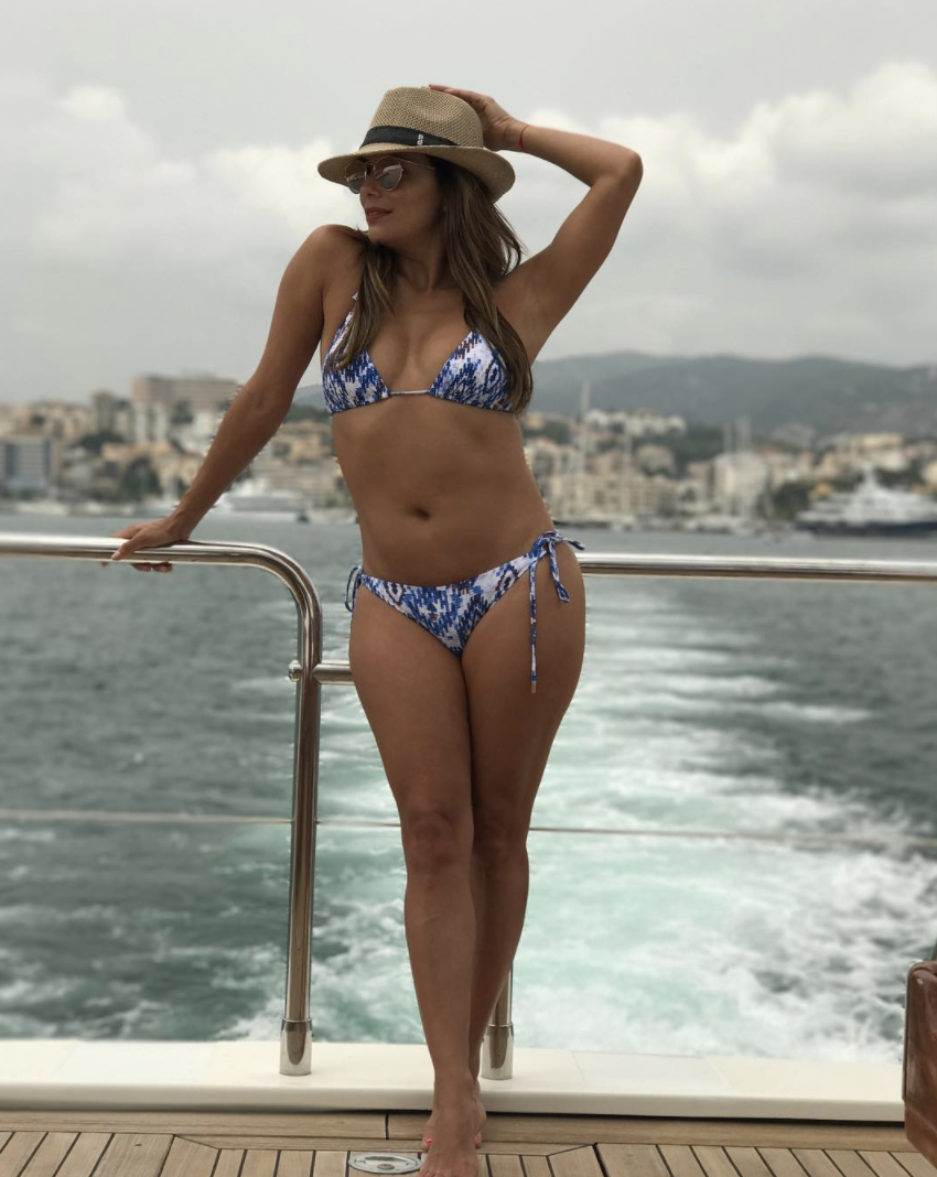 <p>The 42-year-old actress definitely still knows how to work a bikini (and accessorise it). <em>[Photo: Eva Longoria/ Instagram]</em> </p>