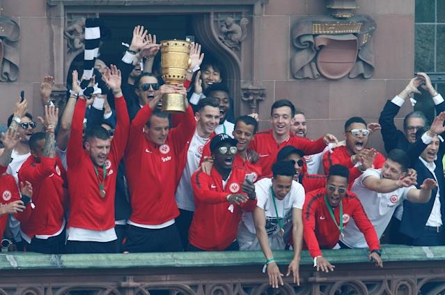 Soccer Football - Eintracht Frankfurt DFB Cup Trophy Presentation - Frankfurt, Germany - May 20, 2018 Eintracht Frankfurt celebrate with the DFB Cup trophy during the presentation REUTERS/Ralph Orlowski