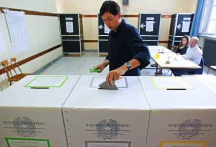 FILE PHOTO: A man casts his ballot at a polling station in downtown Rome June 13, 2011. REUTERS/Max Rossi/File Photo