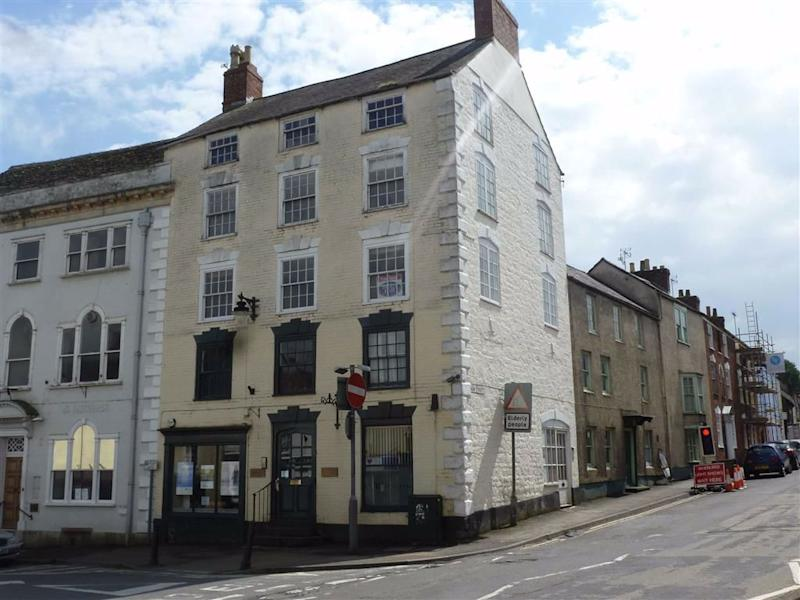 Two-bed flat in Stroud. Photo: Zoopla