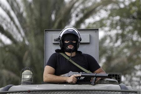 A riot police maintains order on al-Azhar university campus after clashes broke out during student protests in Cairo October 30, 2013. REUTERS/Mohamed Abd El Ghany