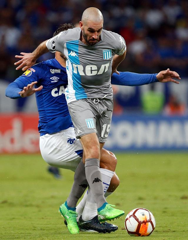 Soccer Football - Copa Libertadores - Brazil's Cruzeiro v Argentina's Racing Club - Mineirao stadium, Belo Horizonte, Brazil - May 22, 2018 - Lucas Silva (L) of Cruzeiro and Lisandro Lopez of Racing Club in action. REUTERS/Cristiane Mattos
