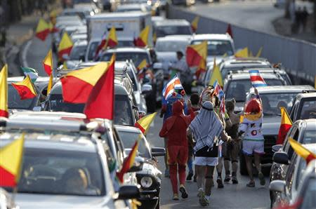 Supporters hold up party flags of Luis Guillermo Solis, presidential candidate of the Citizens' Action Party (PAC), as they march past vehicles on a road, during the presidential election run-off in San Jose April 6, 2014. REUTERS/Juan Carlos Ulate
