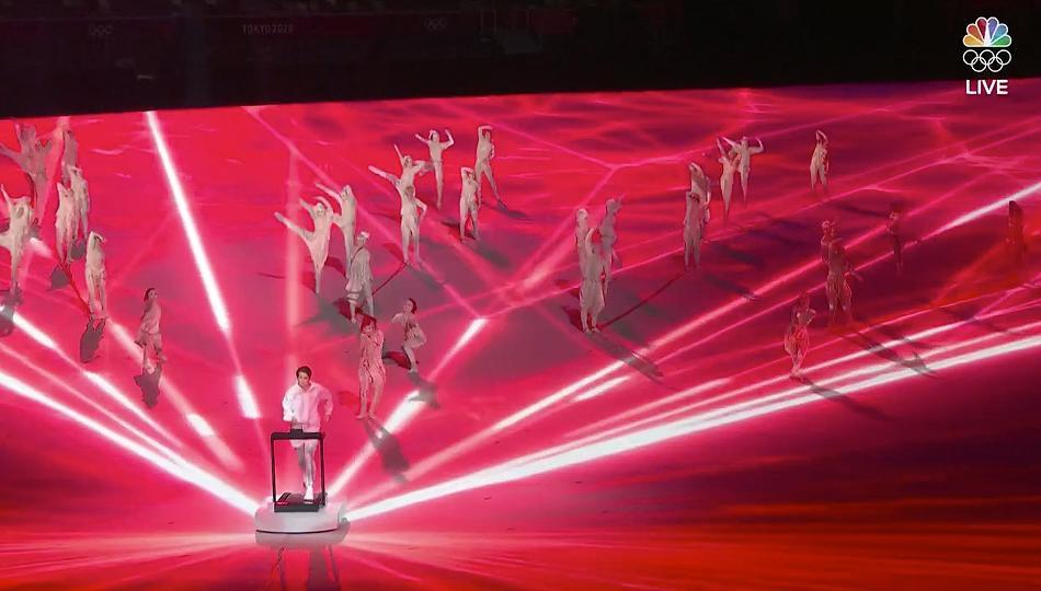 <p>The live ceremony began with Japanese middleweight boxer and COVID-19 nurse Arisa Tsubata running on a treadmill on her own, but surrounded by dancers and other athletes training. The moment was symbolic of the athletes training at a distance amid the COVID-19 pandemic. </p>