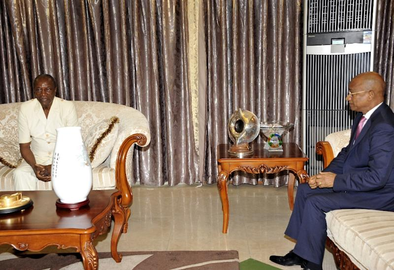 Guinea's opposition leader Cellou Dalein Diallo (R) meets with president Alpha Conde (L) on May 20, 2015 at the presidential palace in Conakry
