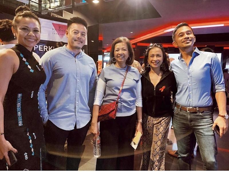 Malaysian AIDS Foundation patron Datin Paduka Marina Mahathir (third from left) with Tina Fazlita (fourth from left) and other supporters of the cause Niena Hafiz (far left), Kelvin Low (second from left), and Chef Firdaus (far right).